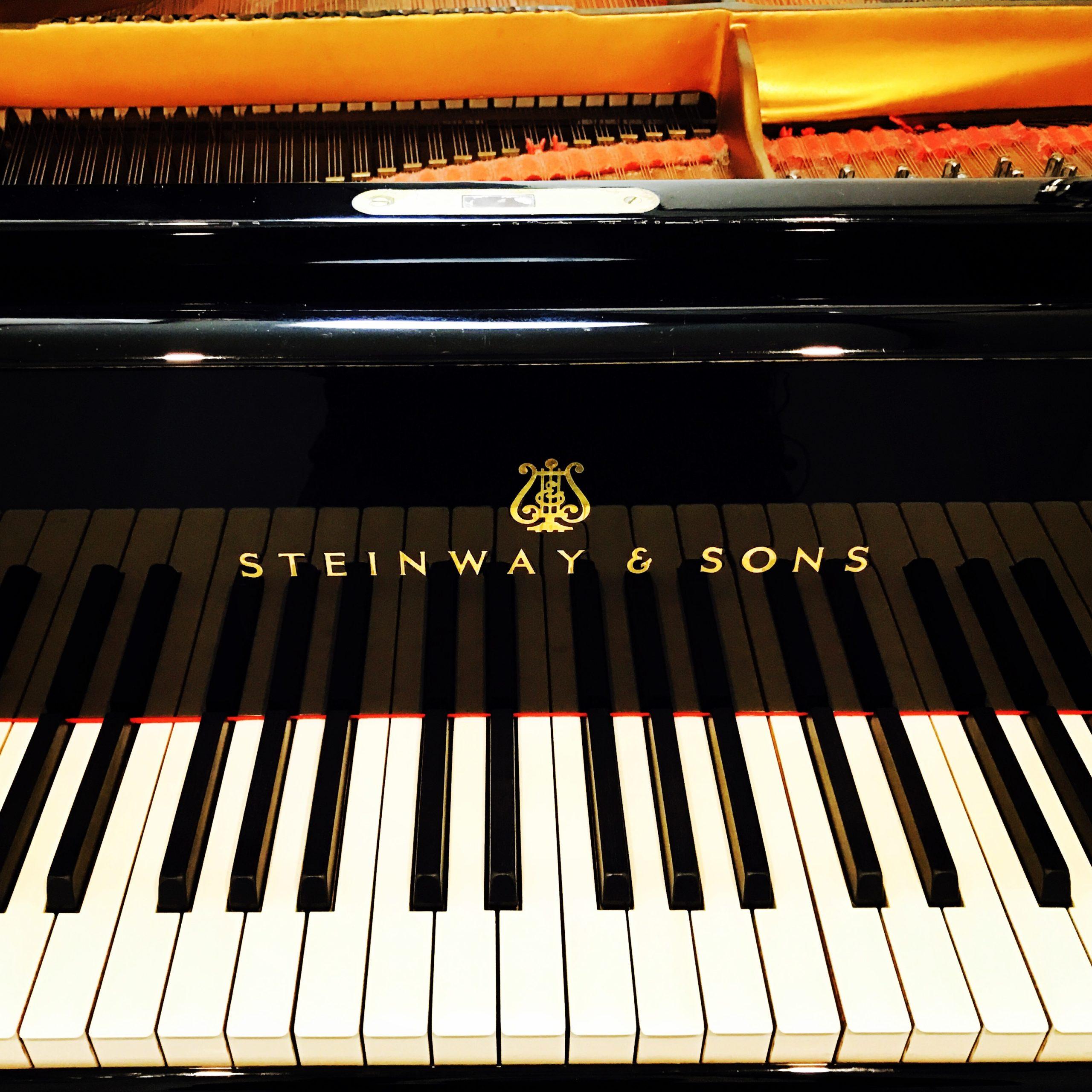 高級グランドピアノ
