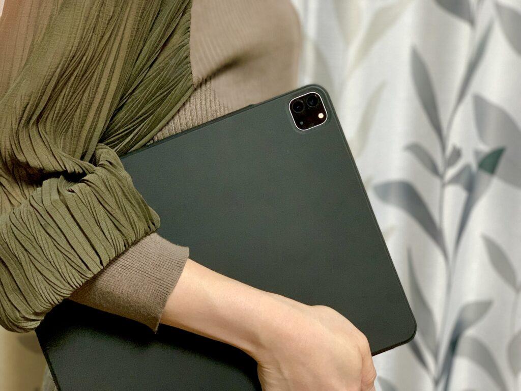 ESR iPad Proケース手持ち