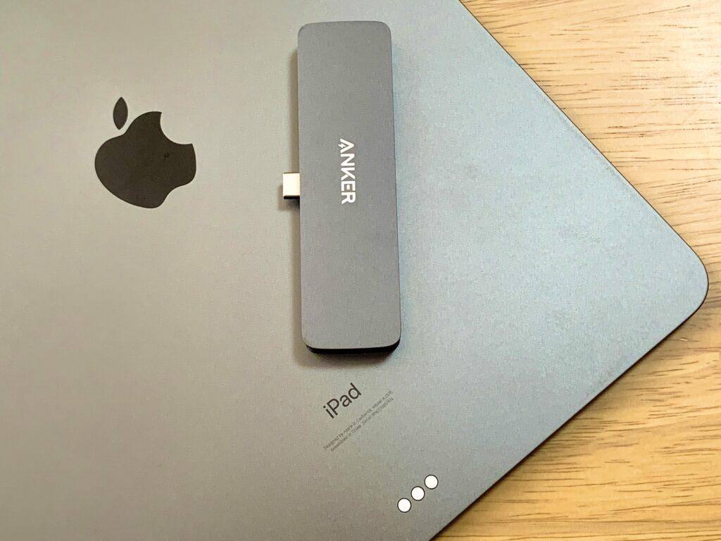 iPad Proの上にUSBハブ